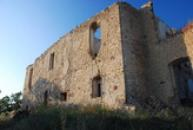 Zřícenina zámku s bohatou historií.
