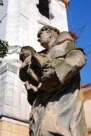 Pohled na sochu u kostela sv. Martina.