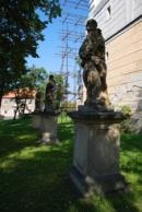 Barokní socha u zdejšího kostela.
