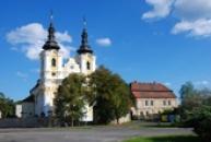 Jednolodní kostel Všech svatých.