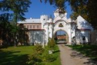 Brána zdejšího zámku.