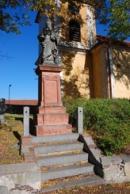 Socha před kostelem svatého Mikuláše.