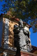 Barokní socha před kostelem sv. Mikuláše.