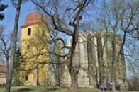 Barokní zvonice a tajemný chrám.