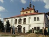 Budova zámku nad řekou Ohře.