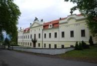 Trojkřídlý rokokový zámek.