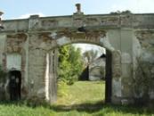 Brána do pozdně barokního zámečku.