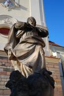 Socha před chrámem Nanebevzetí Panny Marie.