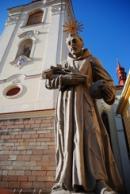 Jedna ze soch před chrámem Nanebevzetí Panny Marie.