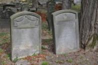 Pohled na dávné náhrobky.
