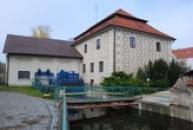 Renesanční mlýn ozdobený sgrafitovými psaníčky.