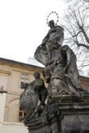 Detail barokní sochy v areálu kláštera.