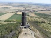 Černá věž a krajina směrem k Řípu.