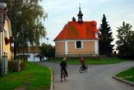 Místní děti před kaplí svatého Isidora.