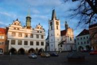 Muzeum a věž na zdejším Mírovém náměstí.