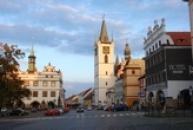 Muzeum a městská věž na Mírovém náměstí.