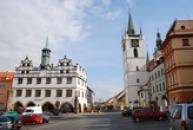Muzeum a věž na Mírovém náměstí.
