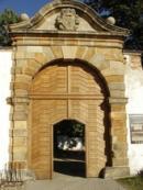 Brána do zámeckého areálu.