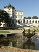 Kašna v parku ploskovického zámku.