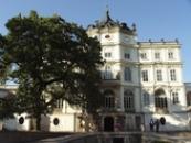 Pohled na budovu zámku.