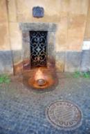 Rudný pramen u chrámu Narození Panny Marie.