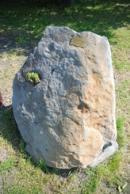 Pískovcový kámen na rozcestí v Sutomi.
