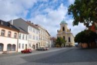 Náměstí s kostelem sv. Petra a Pavla.