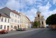 Mírové náměstí s kostelem svatého Petra a Pavla.