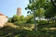 Pohled na věž hradu Skalka.