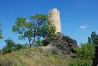 Věž hradu Skalka - dominanta obce Vlastislav..