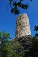 Pohled na věž zdejšího hradu Skalka.