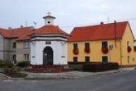 Barokní kaplička z roku 1763.