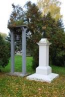 Kříž z r. 1846 se zvonicí.