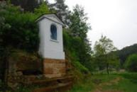 Kaplička v malebné krajině Kokořínska.