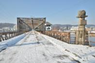 Zimní pohled na most.