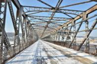 Zimní procházka po mostě.