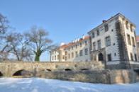 Most a zámek v zimě.