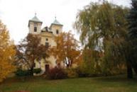 Park před kostelem sv. Archanděla Michaela.