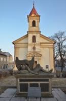 Památník před kostelem.