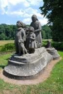 Pomník Babička s dětmi z roku 1922.