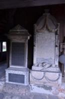 Náhrobky u kostela Panny Marie.