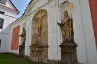 Sochy na zdi kláštera.