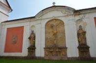 Sochy u klášterní zdi.