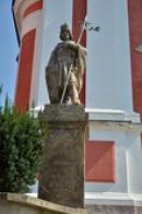 Socha sv. Václava u kostela.