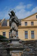 Detail sochy u Muzea Boženy Němcové.