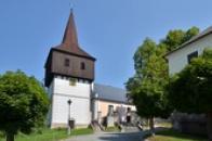 Zvonice a kostel Všech Svatých.