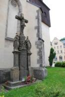 Kříž u kostela sv. Vavřince.