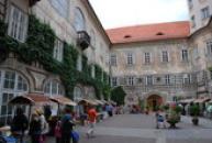 Tradiční jarmark na nádvoří zámku.