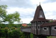 Dřevěný krytý most na zámecké zahradě.