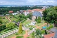 Pohled na zámeckou zahradu z věže.